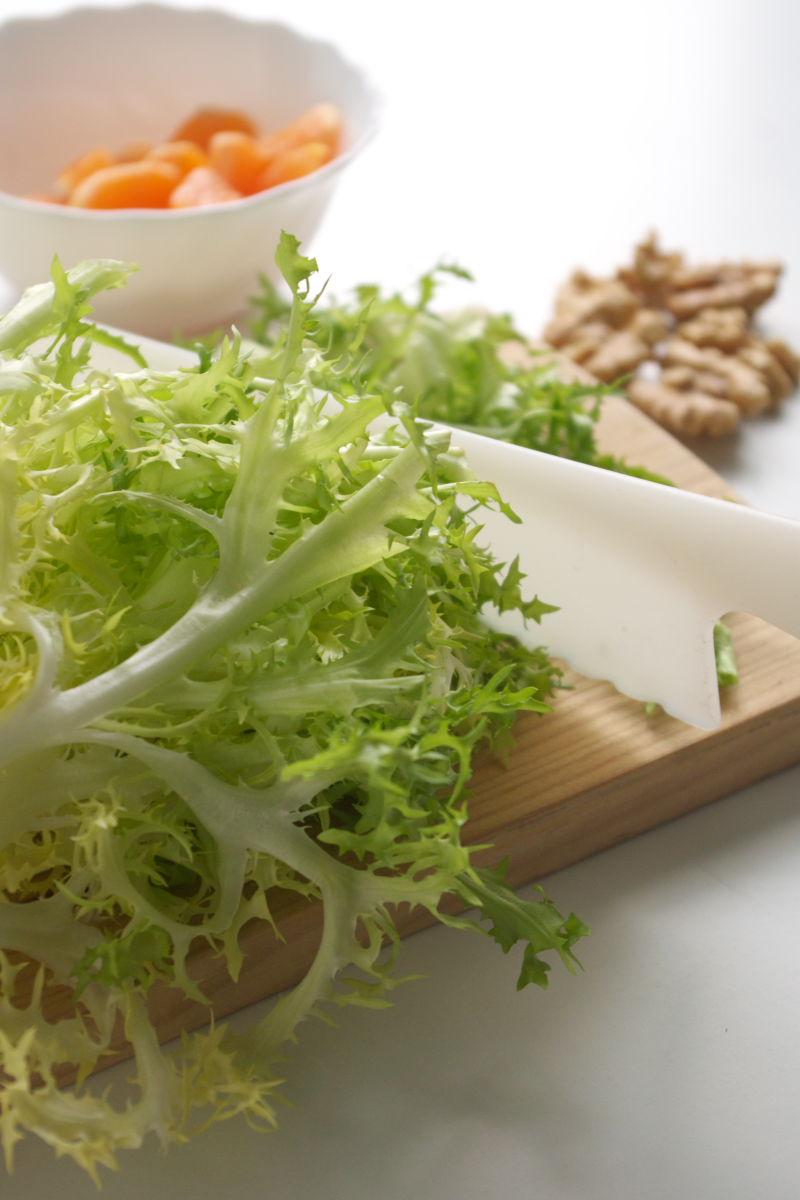 Preparando Ensalada de Escarola, Nueces, Mandarina y Jengibre Confitado