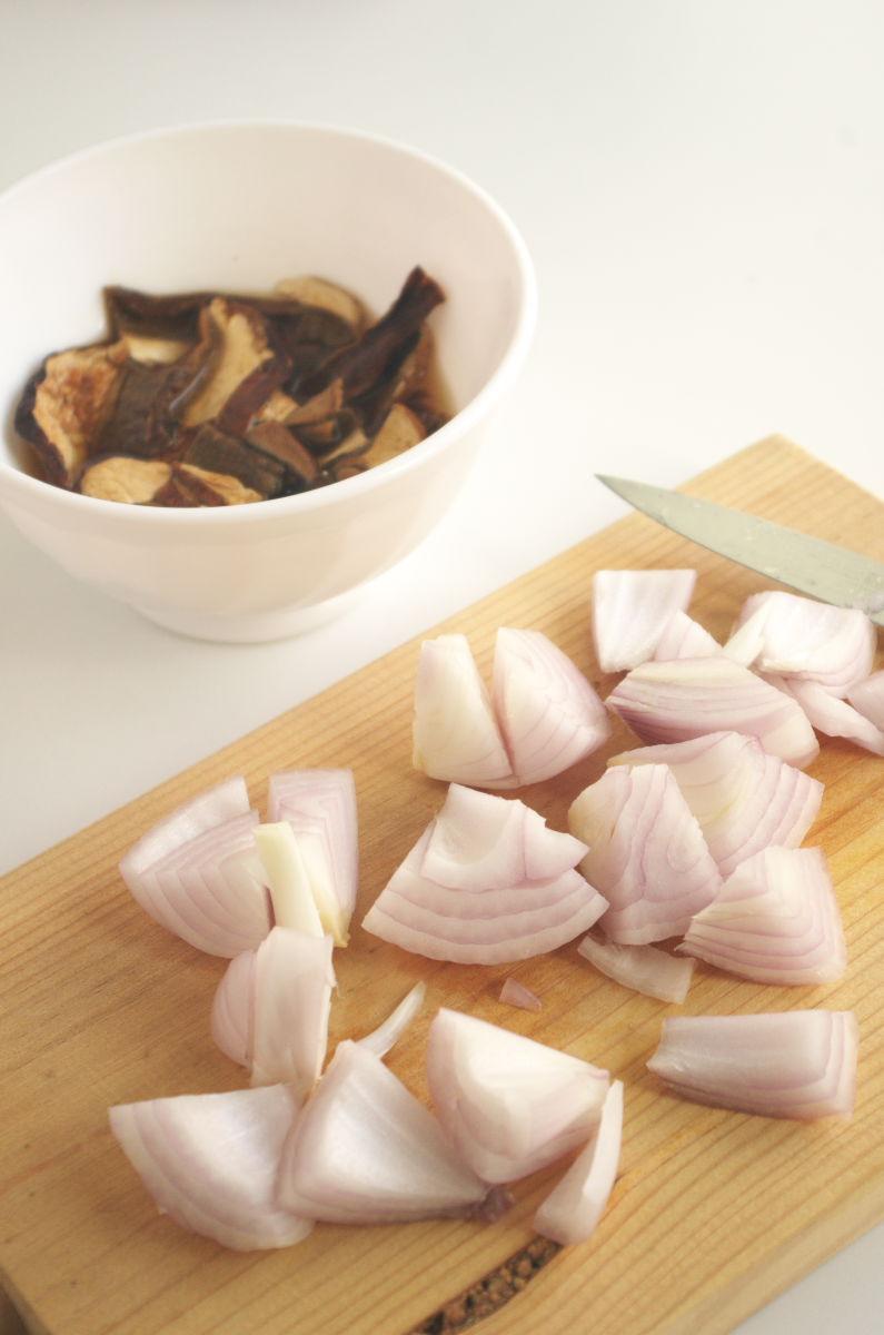Cortando Cebolla para Sopa de Setas con Huevo sobre Boniato