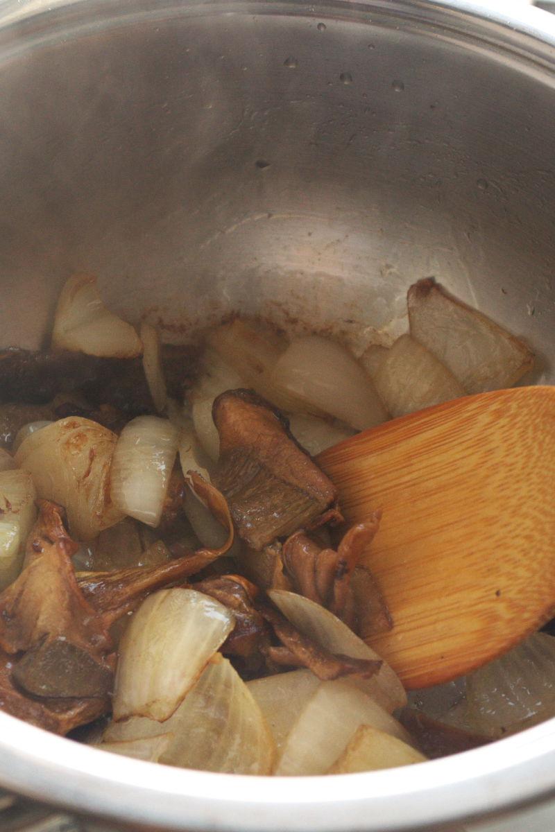 Cocinando Sopa de Setas con Huevo sobre Boniato