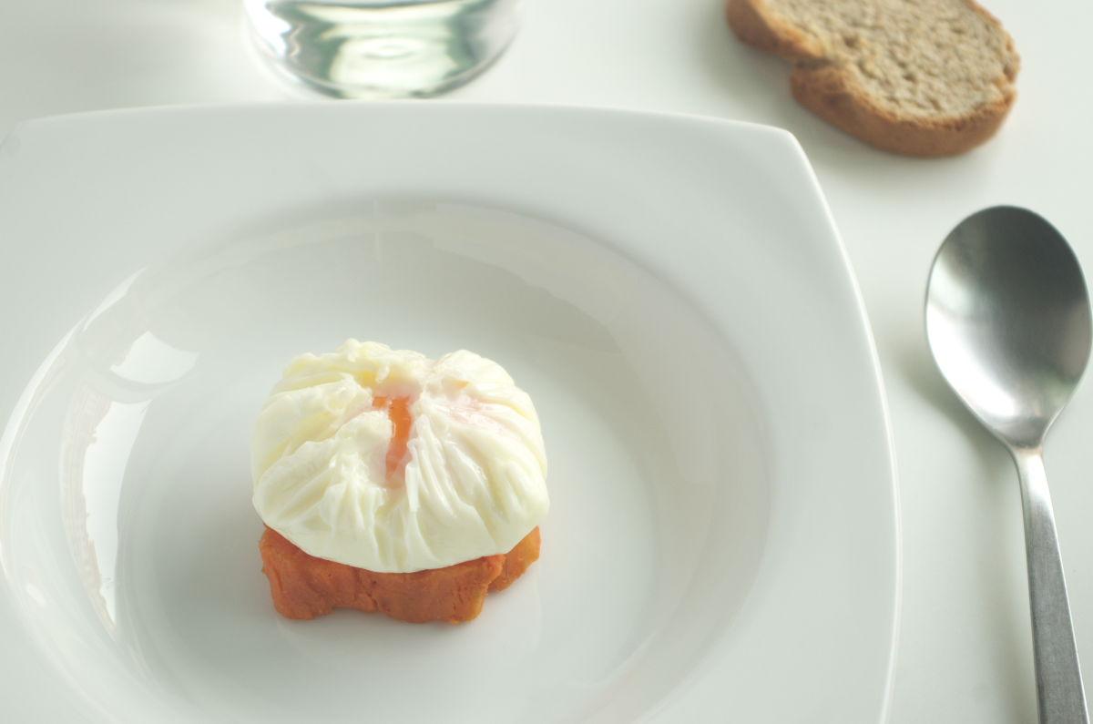 Emplatando Sopa de Setas con Huevo sobre Boniato