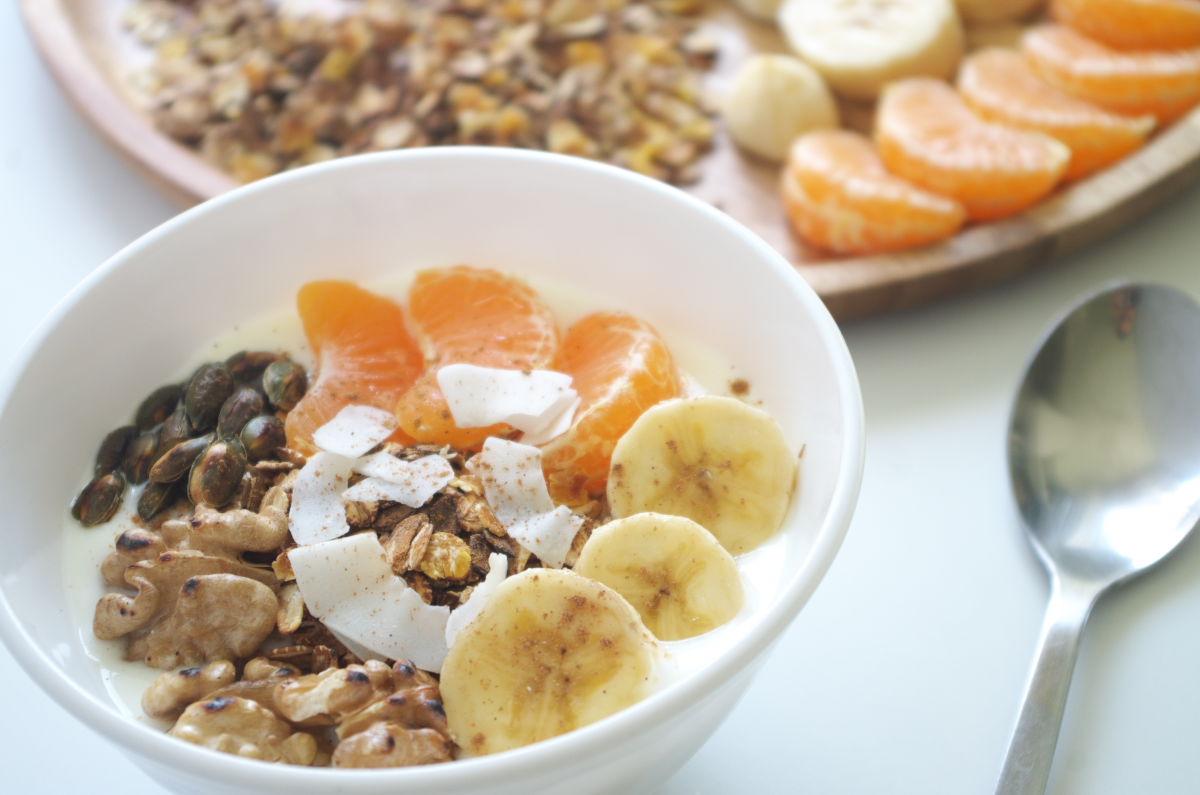Desayuno de Domingo con Yogur, Fruta y tostado de Muesli y Frutos Secos