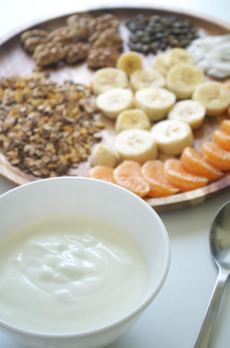 Preparando Desayuno de Domingo con Yogur, Fruta y tostado de Muesli y Frutos Secos