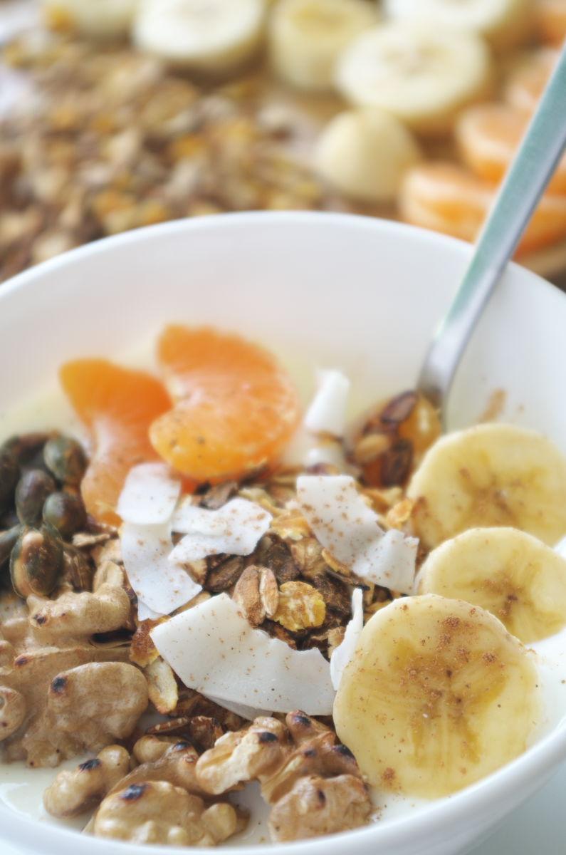 Comiendo Desayuno de Domingo con Yogur, Fruta y tostado de Muesli y Frutos Secos