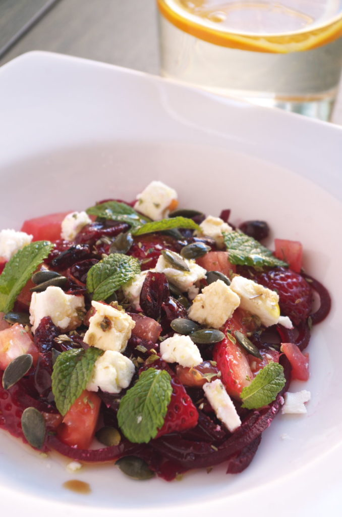 RECETA de Ensalada de Remolacha, Fresas, Tomate y queso Feta