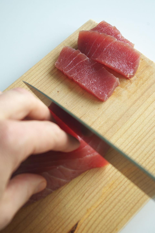 Cortando Atún para Sashimi con Tomate y AOVE