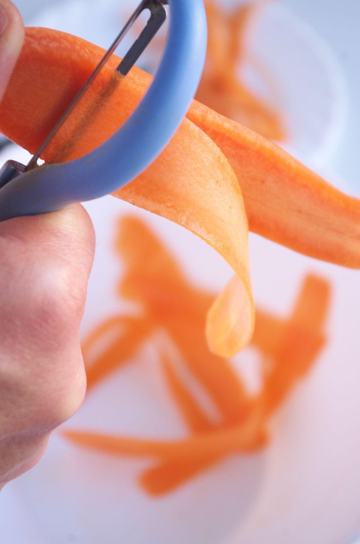 Cortando Zanahoria para Cintas de Zanahoria con Miso