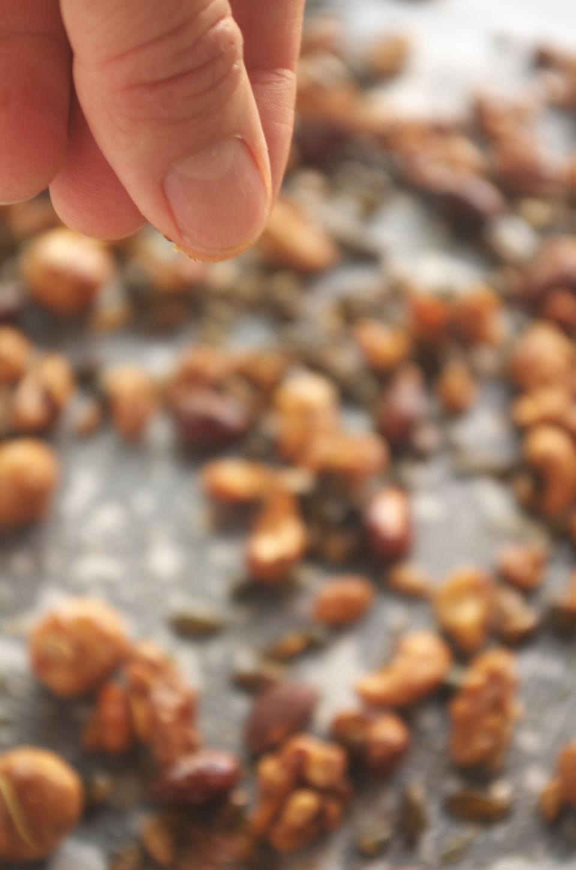 Añadiendo cayena a Frutos Secos Especiados