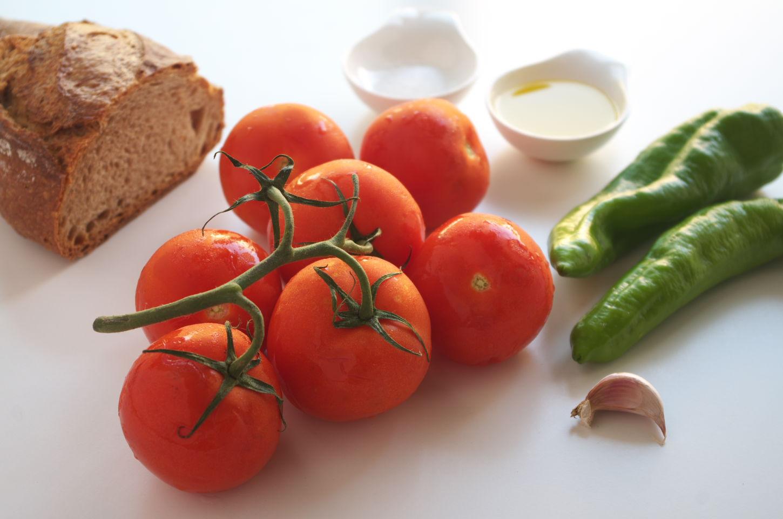 Ingredientes para preparar la receta de arranque roteño: tomates, pimientos verdes, ajo, pan, aceite de oliva virgen extra y sal