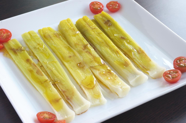 Ensalada de puerros con vinagreta de lima lista para comer acompañada con tomates cherry