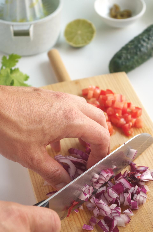 Cortando ingredientes para salsa de arroz integral de salmón de Nobu Matsuhisa